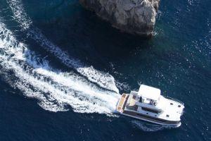 Catamaran cu motor